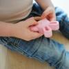 Kép 4/4 - Magni nyuszis szilikon és fa rágókarika, pasztell rózsaszín